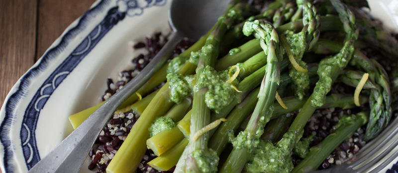 Asparagus with black rice, quinoa and pesto